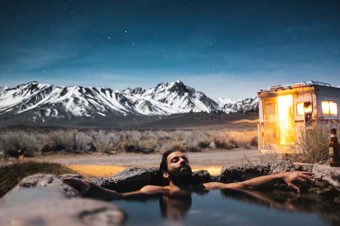 温泉にゆっくり浸かる男性
