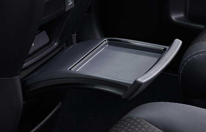 新型ステップワゴンのインパネ内蔵センターテーブル