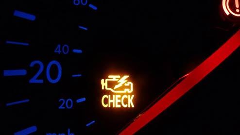 エンジン警告灯が点滅・点灯する原因は?事故を防ぐ適切な対処