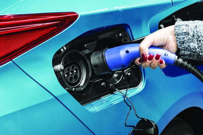 車に充電する女性