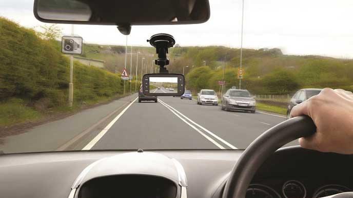 ドライブレコーダーを付けて運転する男性