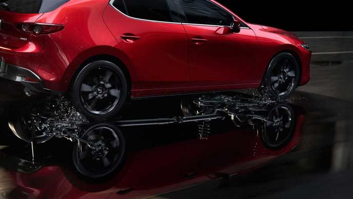新型マツダ3とエンジンのイメージ