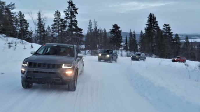 雪道テスト中のジープコンパス