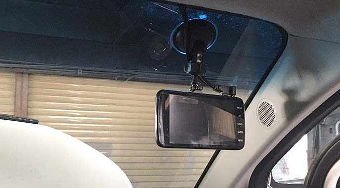 フロントガラスに取り付けれたドライブレコーダー