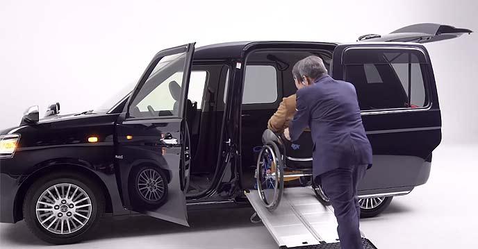 車いすを押すタクシー運転手