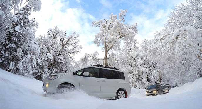 雪道を走るデリカD5シャモニー