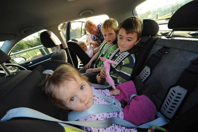 5人で車に乗り込む家族