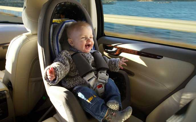車に乗り喜ぶ赤ちゃん