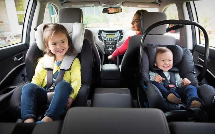 後ろ向きで車に乗る子ども
