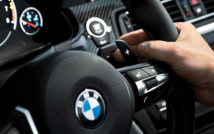 BMWを運転するドライバー