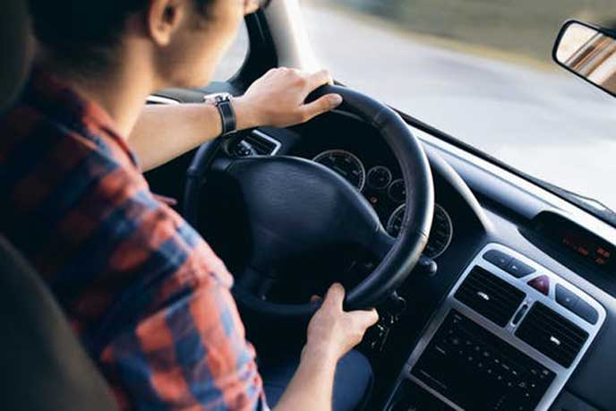 パワステ付きの車を運転する男性