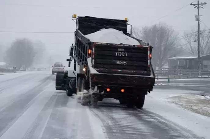雪を運ぶ大型トラック