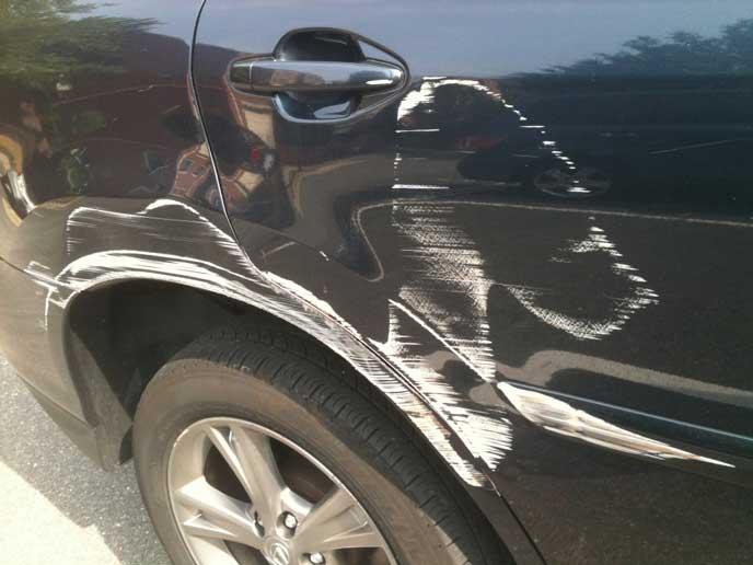 塗装が剥がれた車