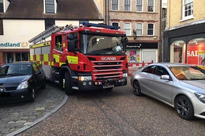 路上駐車が邪魔で通れない消防車