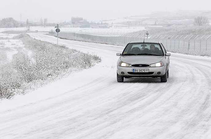 雪道を運転するドライバー