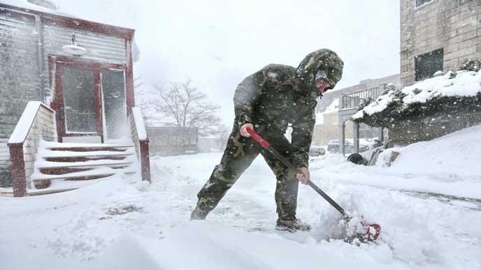 雪かき中の男性