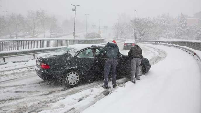 雪にはまり動けなくなった車