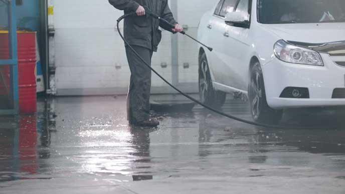 冬に洗車する男性