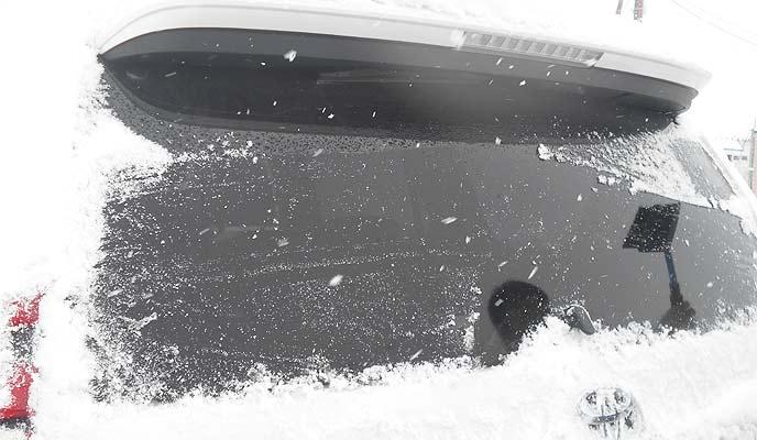 リアガラスの雪をおろす