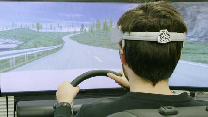 B2Vのヘッドギアを装着してシミュレーションする男性