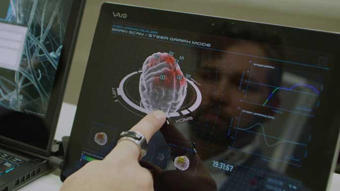 脳波の測定結果を見る日産の研究員