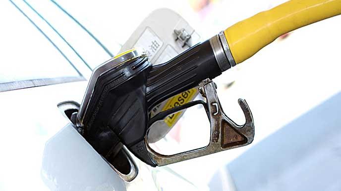 車にガソリンを入れる