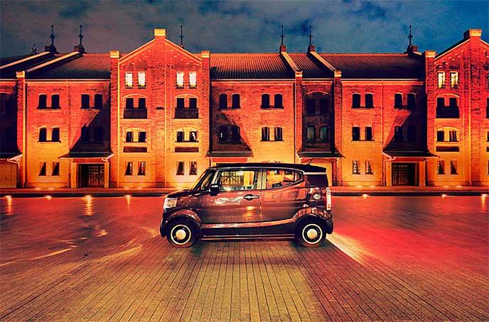 夜の街で駐車しているNボックススラッシュ