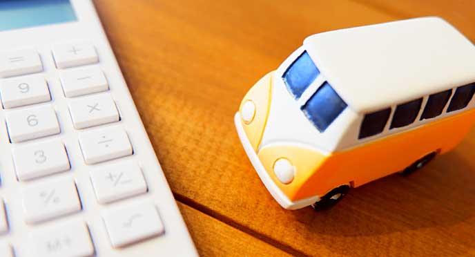 電卓と車のミニチュア