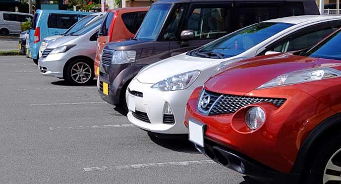 車でいっぱいの屋外駐車場