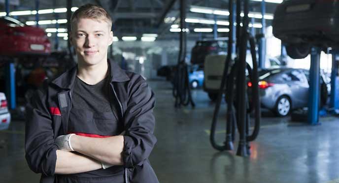 腕組みしている自動車整備士