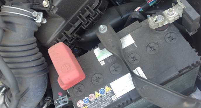 劣化している車のバッテリー