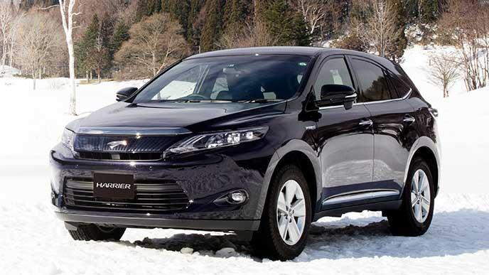 雪原で駐車中のトヨタ ハリアー