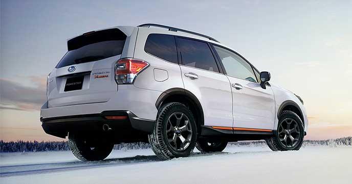 雪の上で停車しているフォレスター