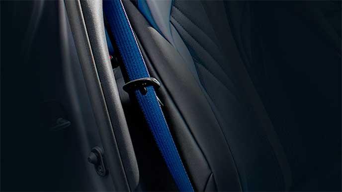 カラーがブルーのシートベルト
