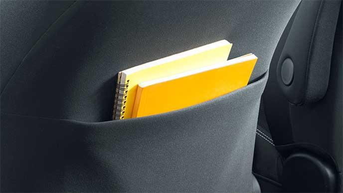 手帳を入れた助手席シートバックポケット