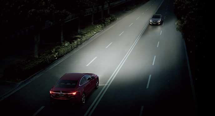 道路を走るアテンザと対向車