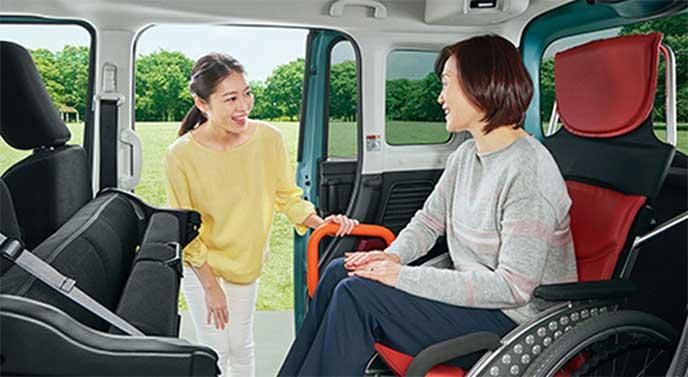 スペーシア車内で介助者と会話している車いすの女性