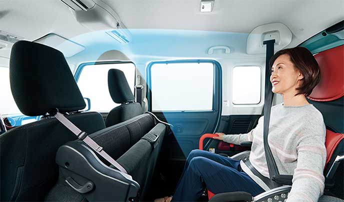 スペーシア「ハイブリッドX」に乗車している車いすの女性