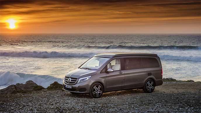 夕日の海辺で駐車しているベンツ マルコポーロ Horizon