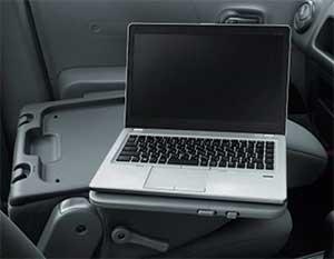 助手席シートバックパソコンテーブルに置かれたノートPC