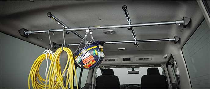 NV350キャラバンの荷室でヘルメットとロープをかける