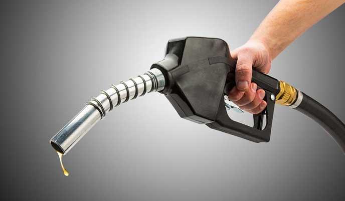 給油口からしたたるレギュラーガソリン