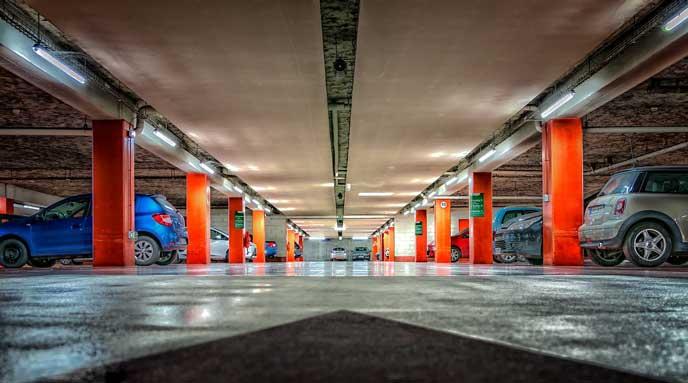 スペースに余裕があるマンションの地下駐車場