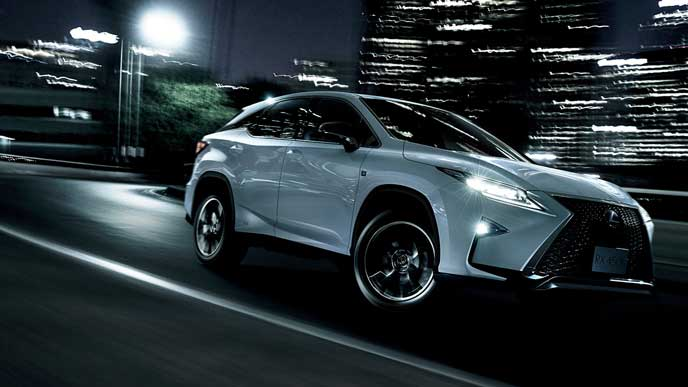 夜道を走るレクサス新型RX