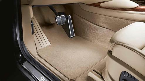車のフロアマットは必要?純正品と汎用品の差や種類の違い