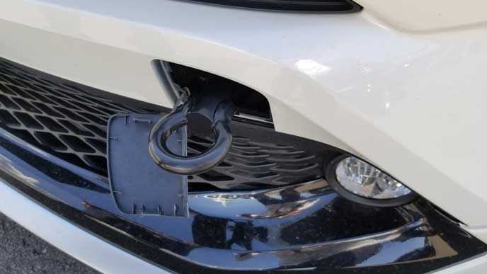 けん引フックを装着したトヨタの車