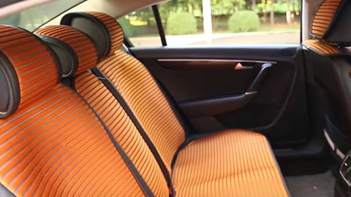 オレンジのストライプが入ったシートカバー