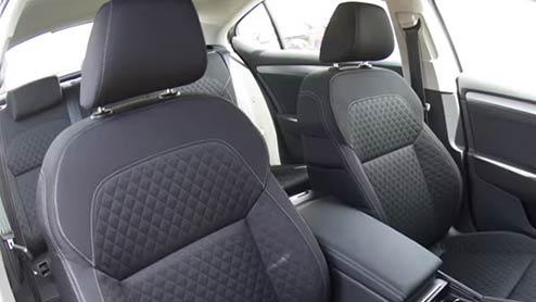 車のシートカバーは万能なカスタムグッズ!装着時期や種類まとめ