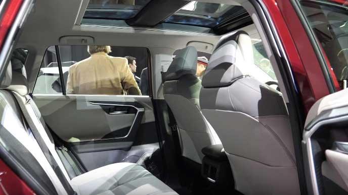 新型RAV4のリヤシート