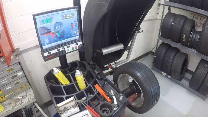 ホイールバランスを調整する機械